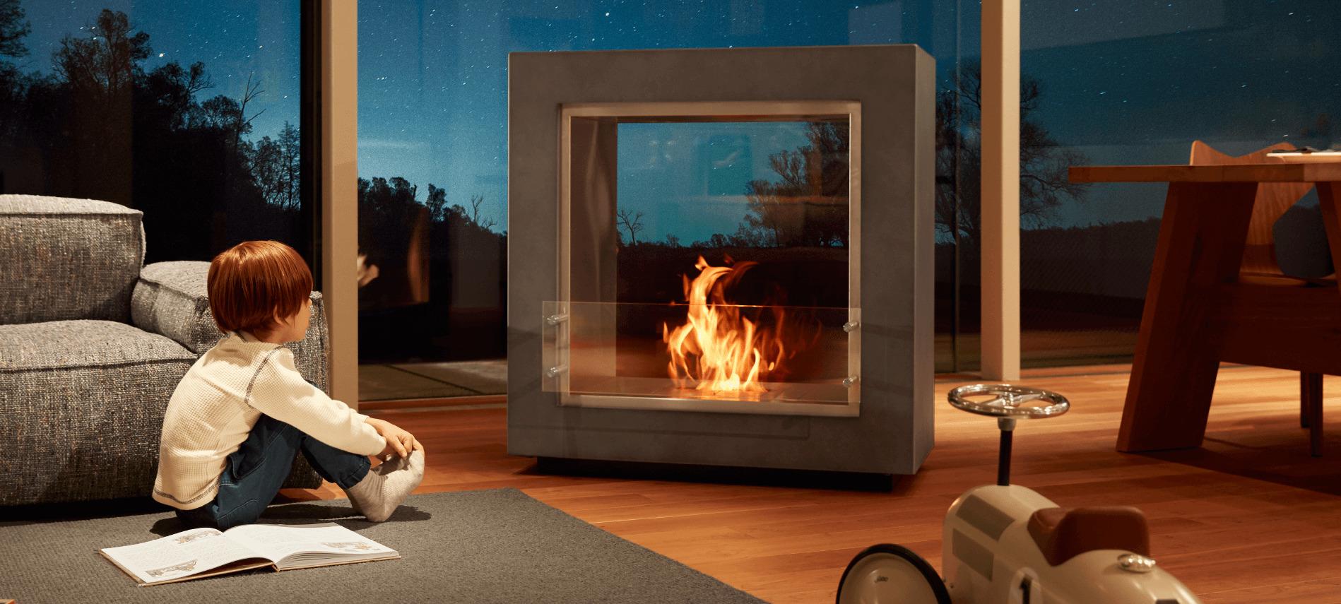 バイオエタノール暖炉を見つめる子供